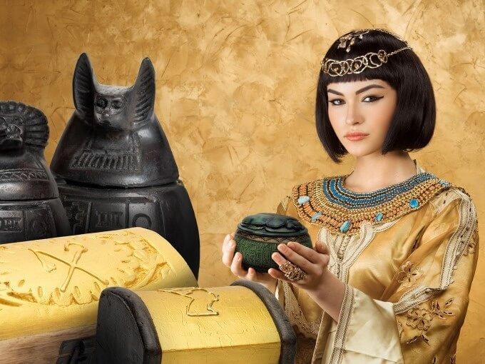 Eine ägyptische Pharaonenstatue vor schwarz-grauem Hintergrund